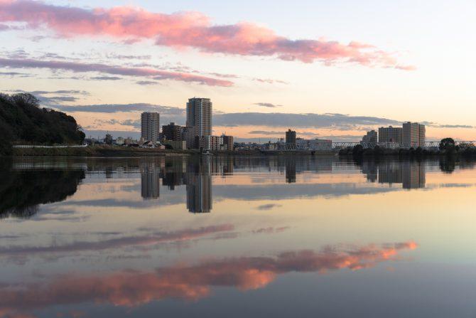 紅色の雲と市川の街並み