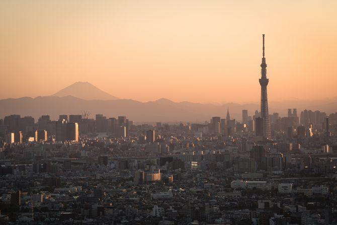 夕暮れの東京と富士山