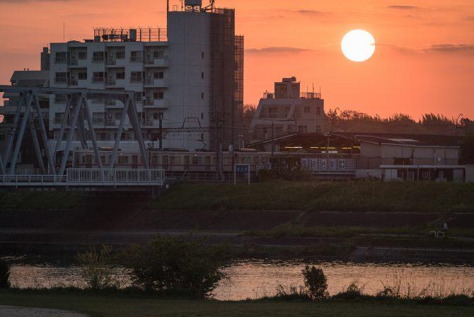 朝陽と始発電車