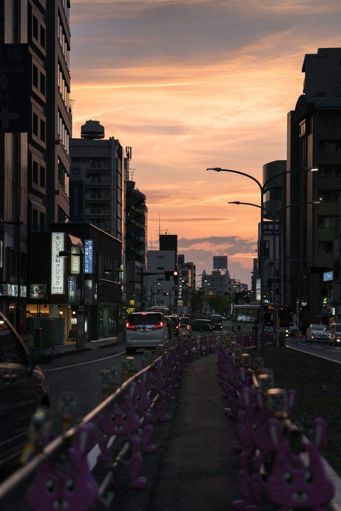 国道14号と夕焼け空