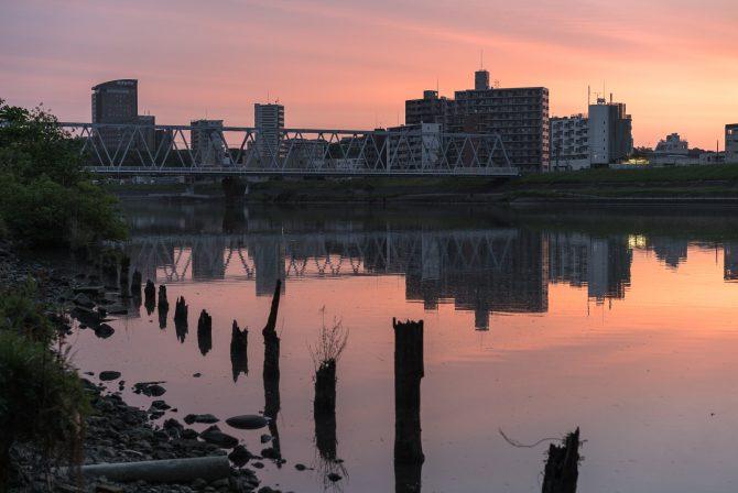朝焼けに染まる空と江戸川