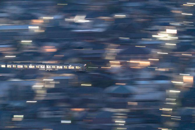 夜の市川を走る京成線