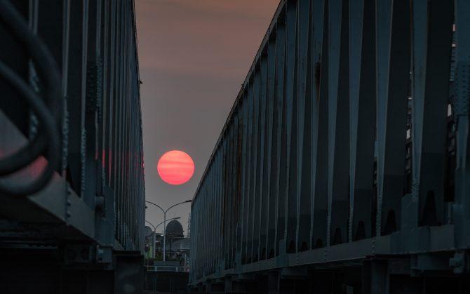 すき間の夕陽