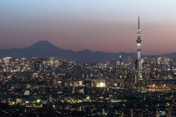 ひさしぶりの日没後の富士山とスカイツリー