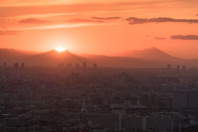 浅間山と東御荷鉾山と西御荷鉾山の間に沈む夕陽