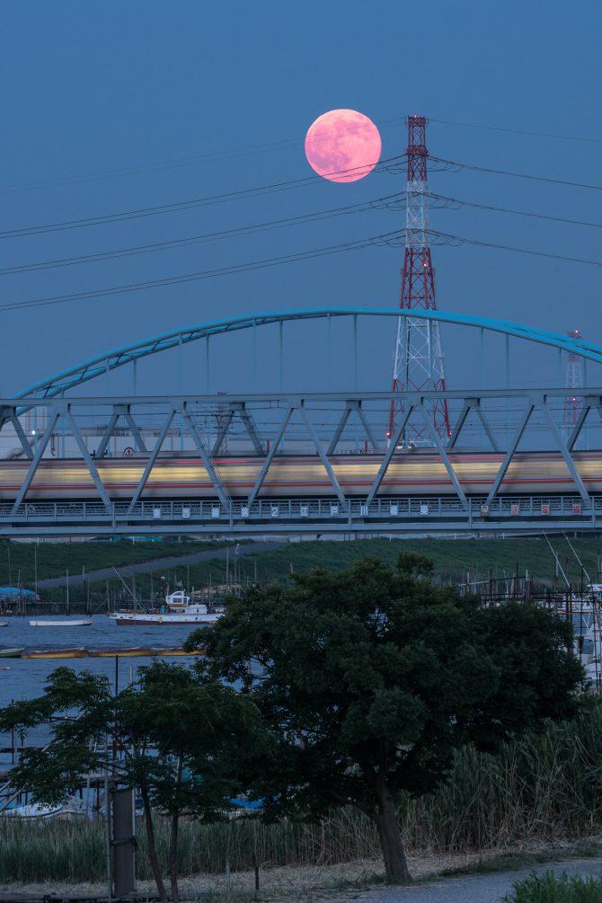 赤い満月と東西線第2江戸川橋梁