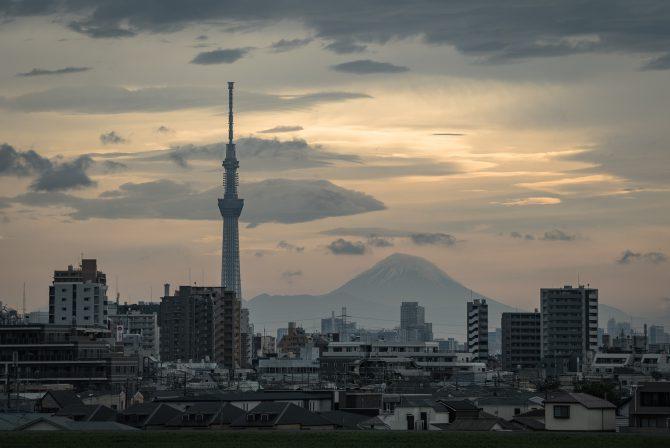 夕暮れの富士山と東京スカイツリー