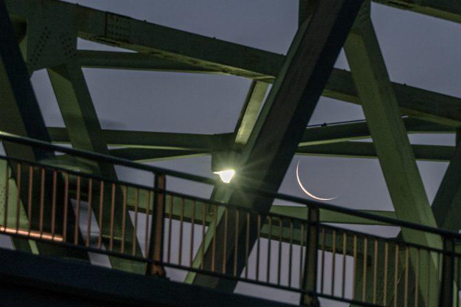 細い月と市川橋