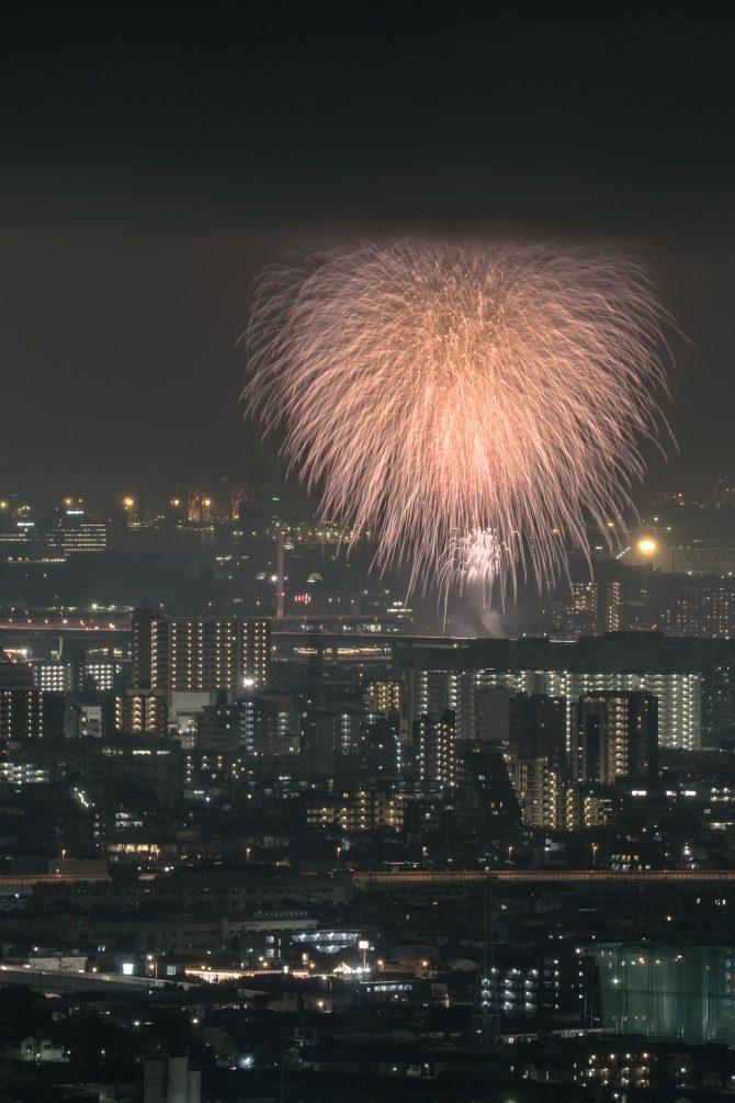 江東の花火と低い雲