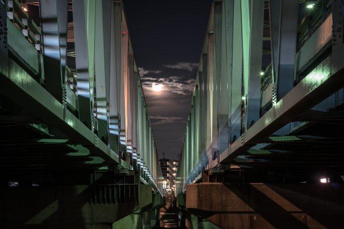 市川橋と月