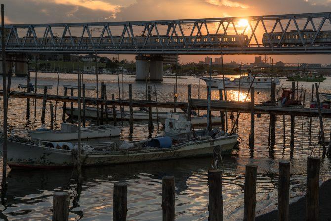 東西線と船のある夕景