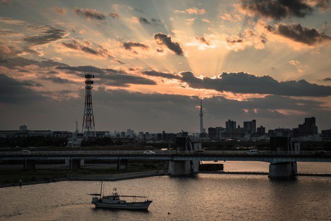 薄明光線と江戸川の夕暮れ
