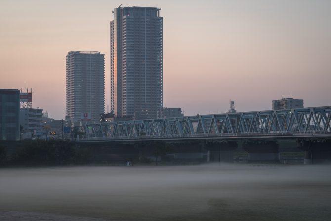朝もやと市川の街並み