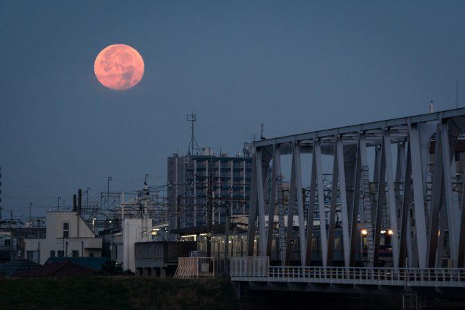 沈む間際の月と京成線
