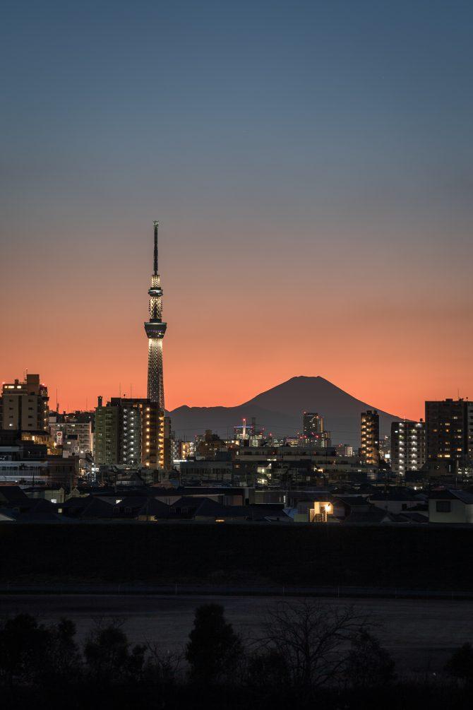 日没後の空と富士山、スカイツリー