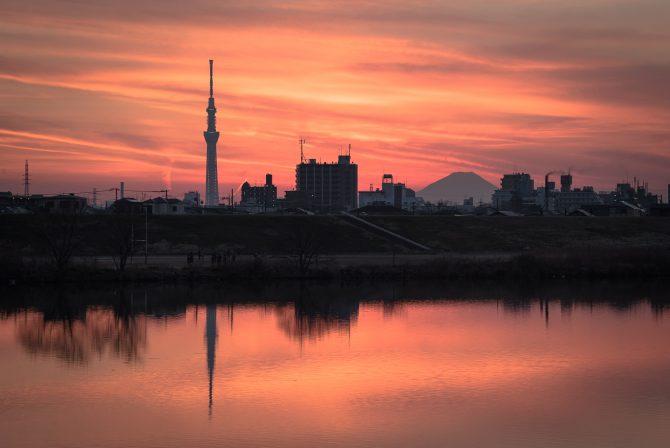 富士山とスカイツリーと夕焼けの江戸川
