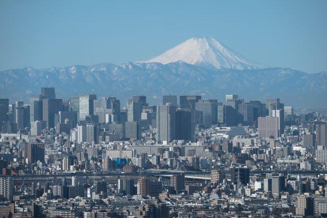 雪化粧した富士山と東京