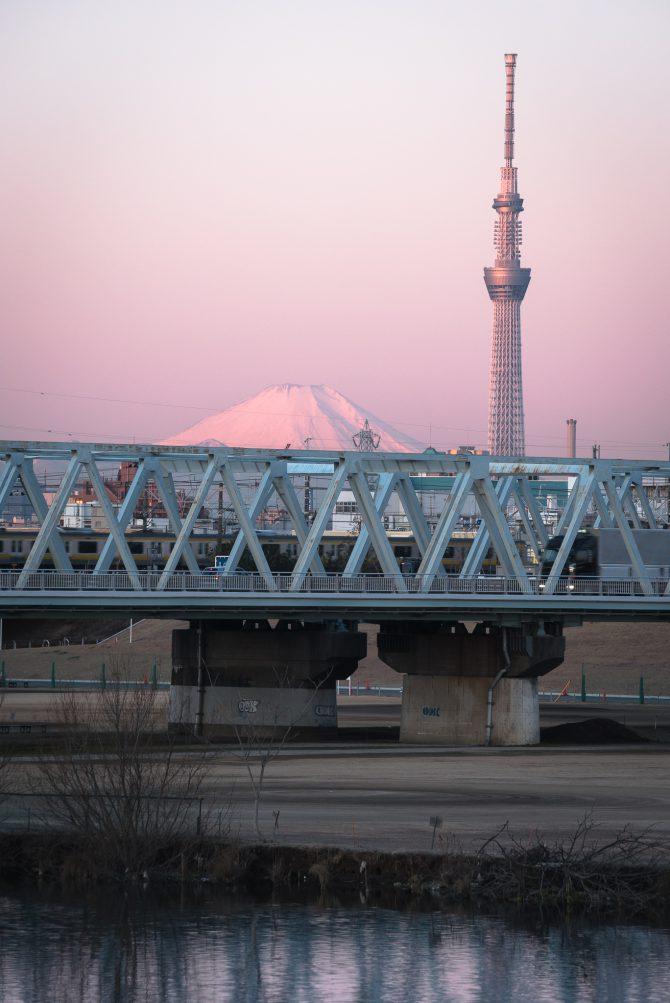 早朝の富士山とスカイツリーと市川橋