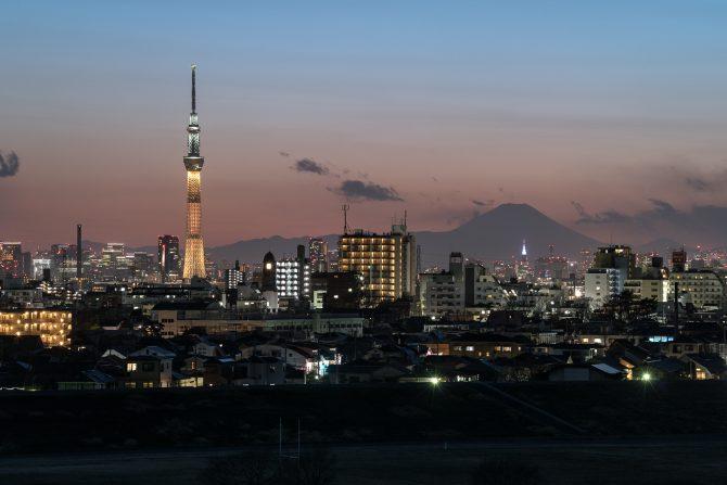 金色のスカイツリーと富士山