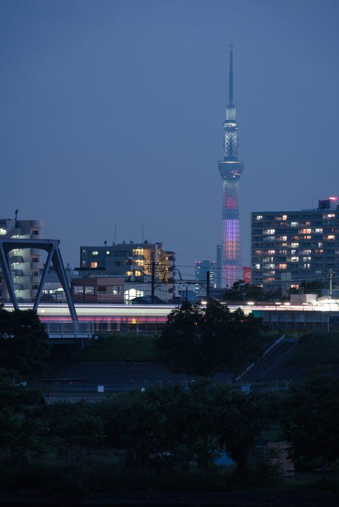 ももいろクローバーZ結成10周年記念特別ライティング中のスカイツリーと京成線