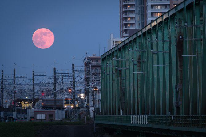 のぼりたての満月と総武線