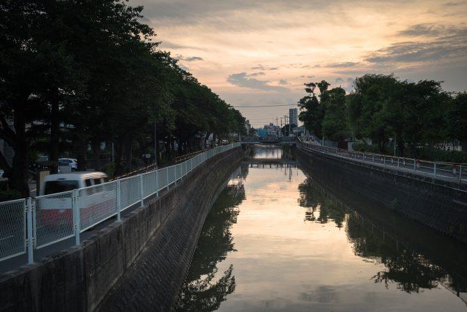 ほのかな夕焼けと真間川