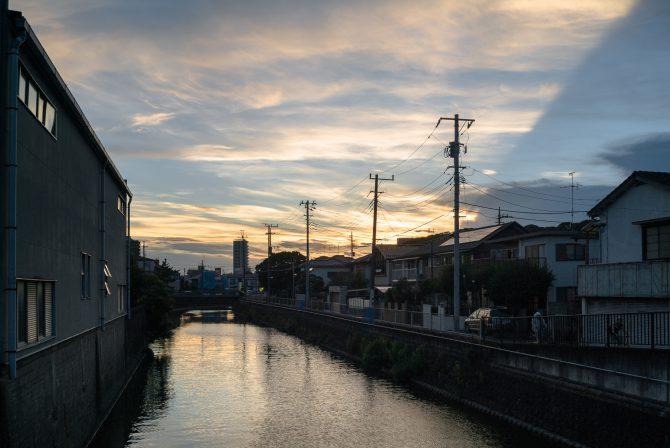 夕空と真間川