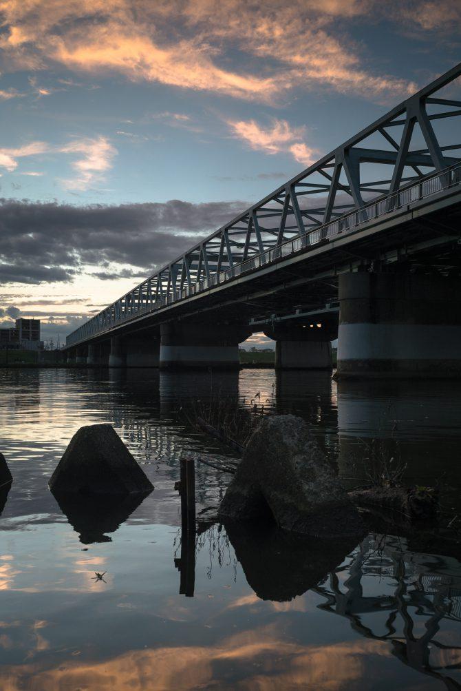 夕陽に照らされる雲と市川橋
