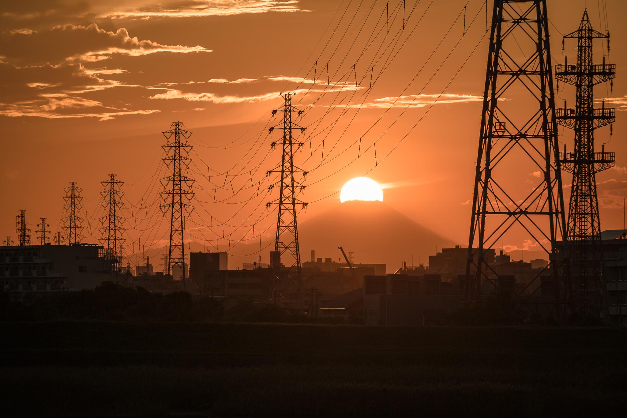 「夕陽をかぶる富士山」 江戸川の土手より