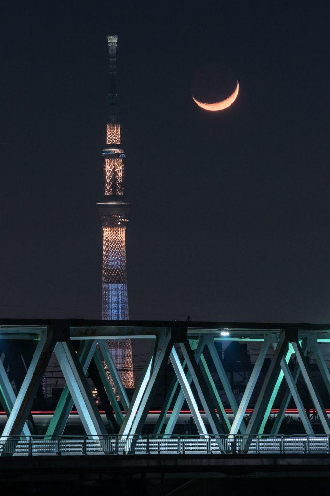 スカイツリーと市川橋と細い月