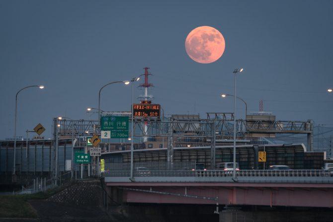 京葉道路江戸川大橋と満月