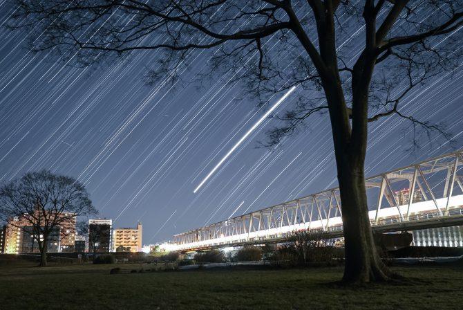 星の軌跡と始発電車