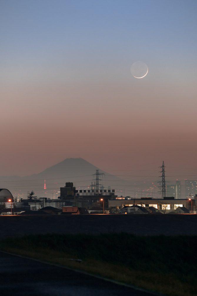 富士山と細い月