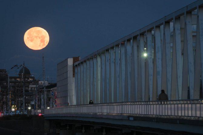 沈む間際の満月と市川橋