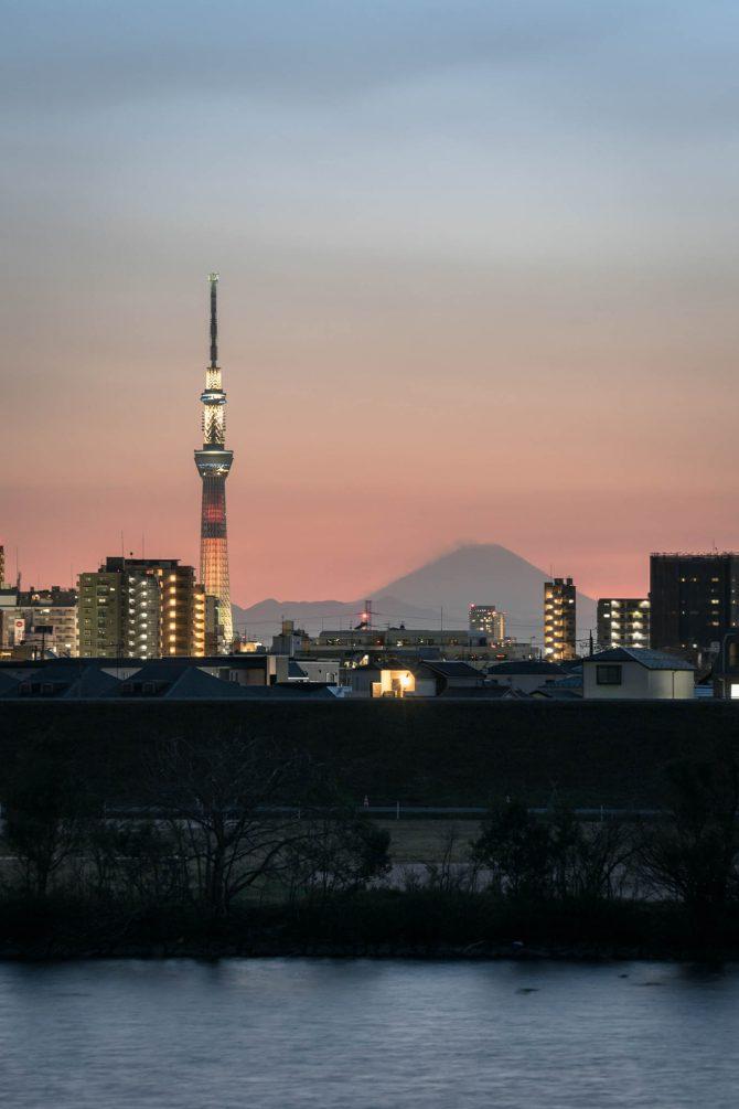 夕空のグラデーションと富士山、スカイツリー