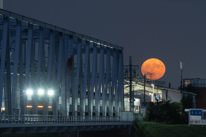 満月と国府台駅
