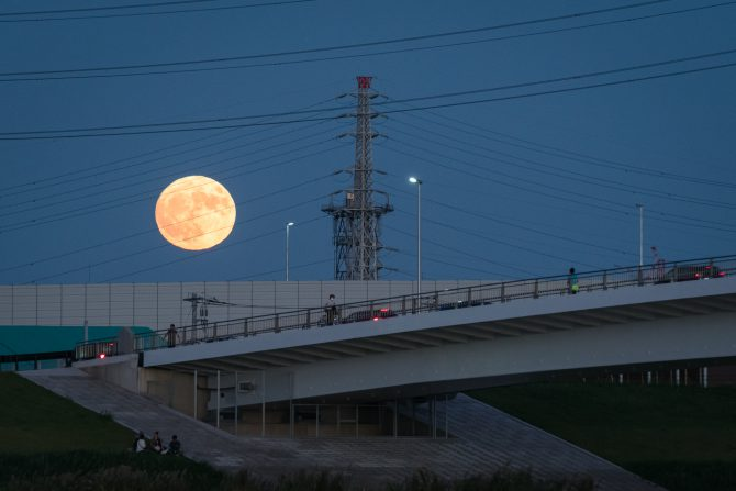 ほぼ満月と妙典橋