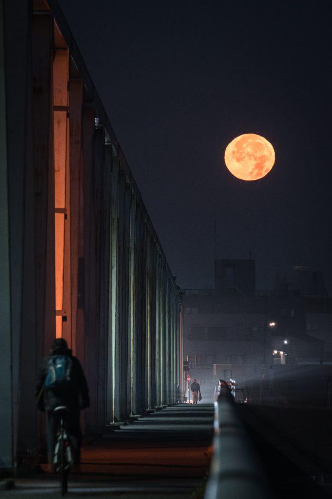 沈む満月と市川橋