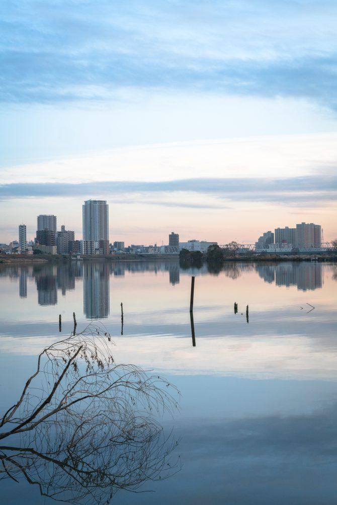 江戸川が静かな夕暮れに