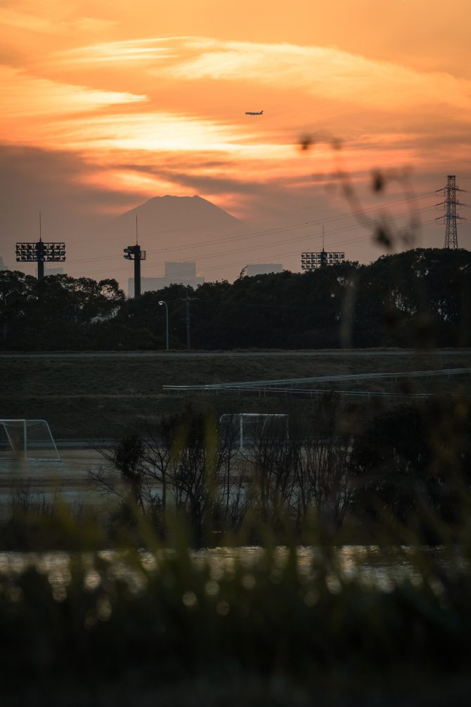 富士山のてっぺんと江戸川の夕暮れ