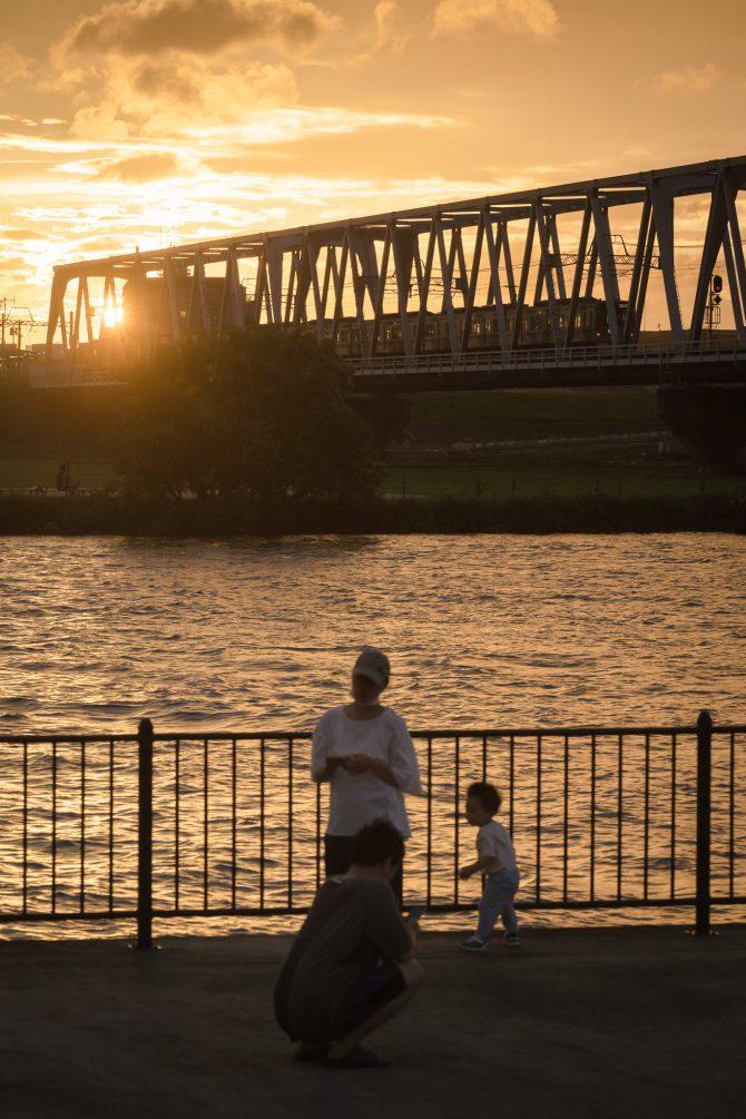京成線と江戸川の夕暮れ