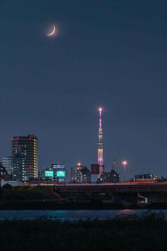 細い月と東京スカイツリー、京葉道路江戸川大橋