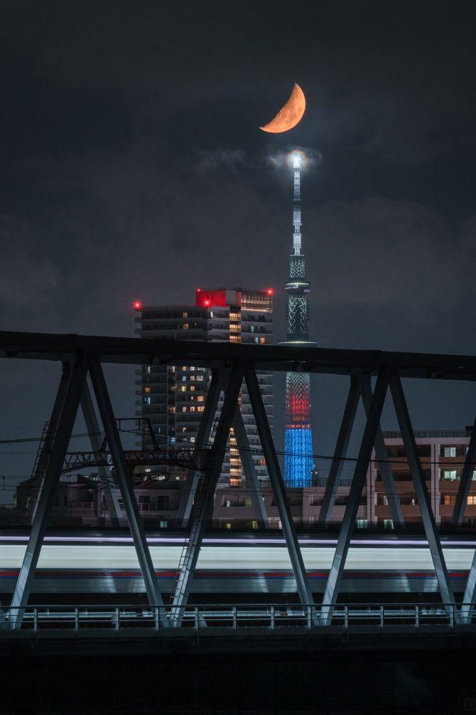 月とスカイツリーと京成線