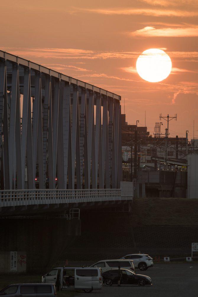 夕陽と京成線江戸川駅