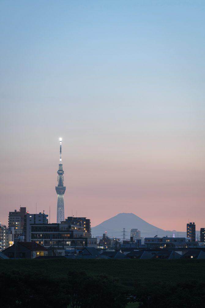 富士山とスカイツリーと夕空のグラデーション