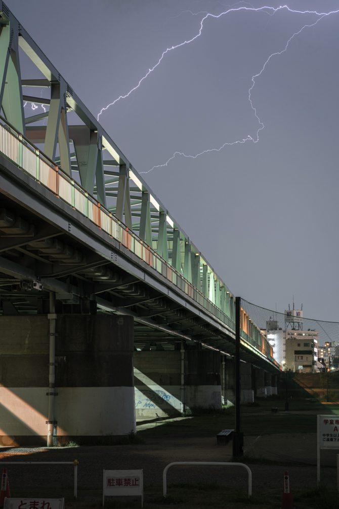 夜の市川橋と稲光
