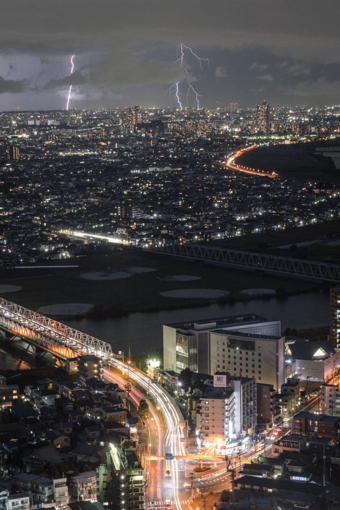 街明かりと雷