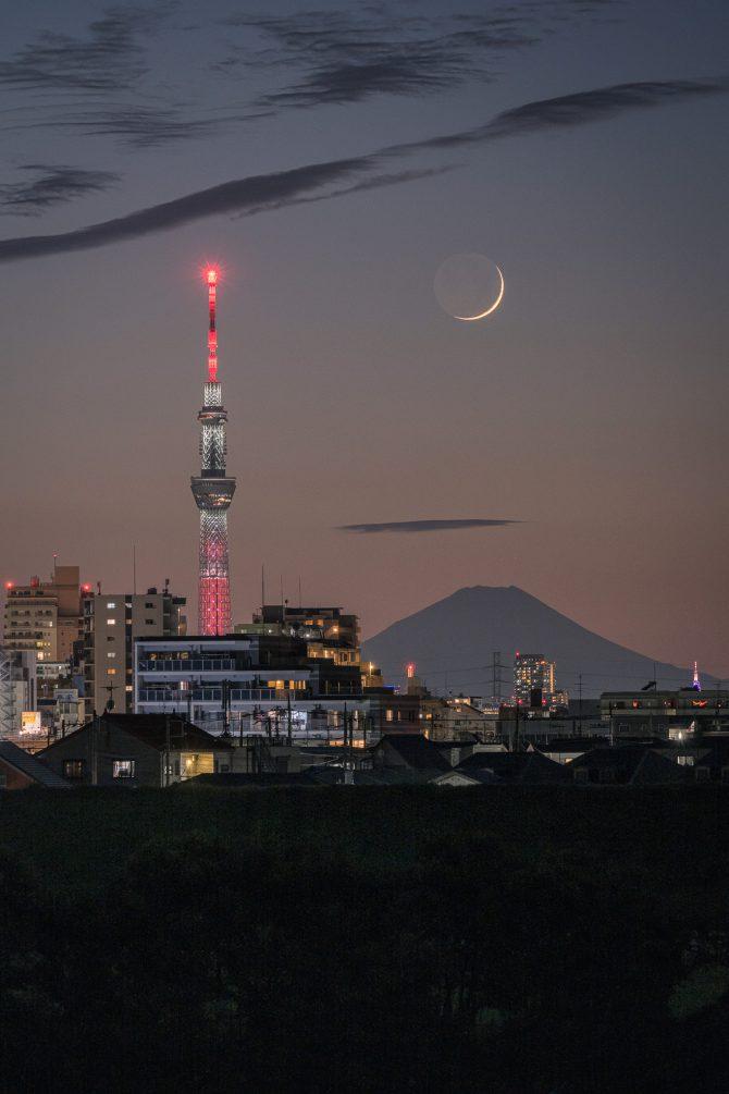 細い月と富士山、スカイツリー