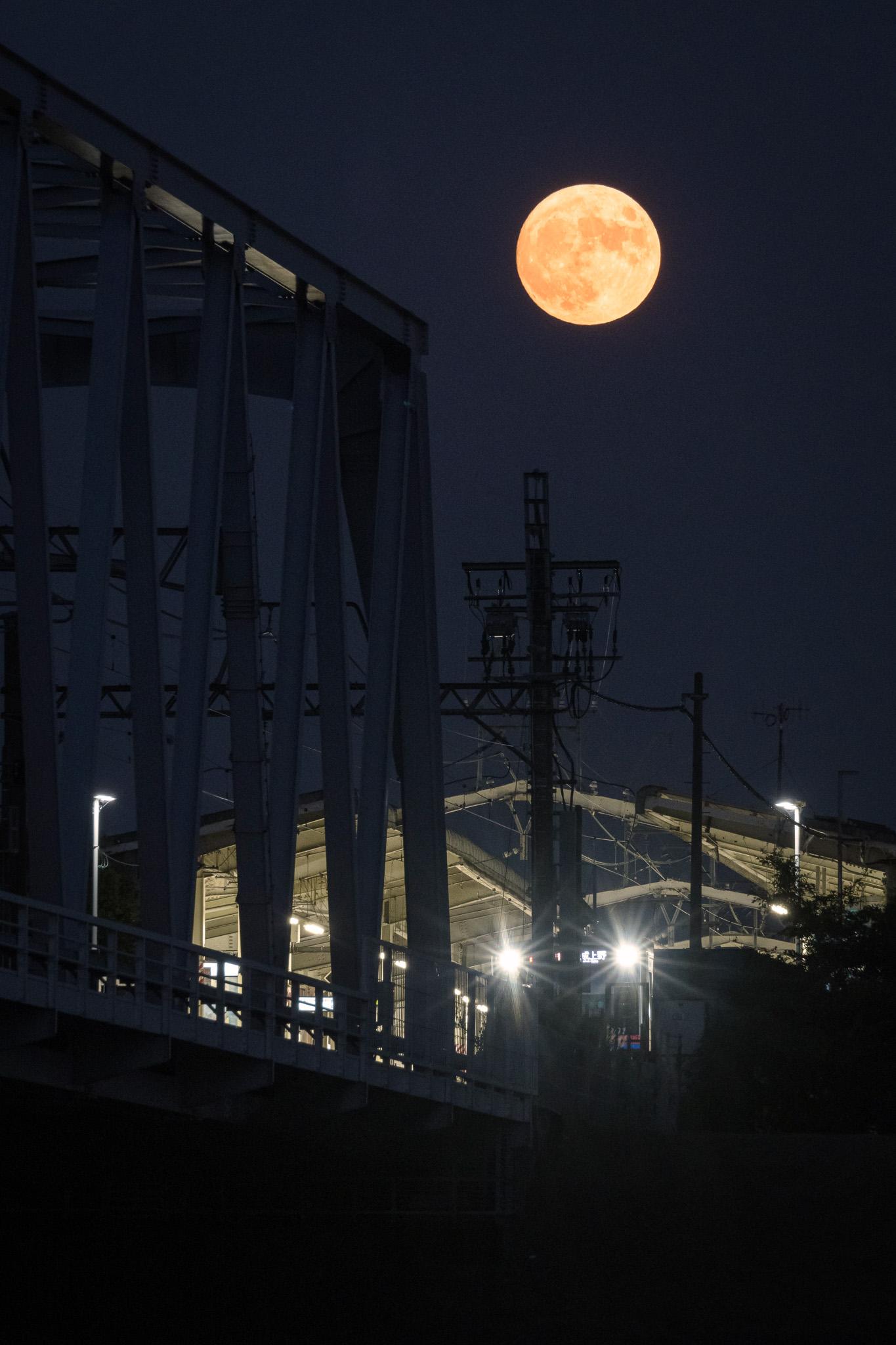 中秋の名月と京成線国府台駅 2020年10月1日撮影