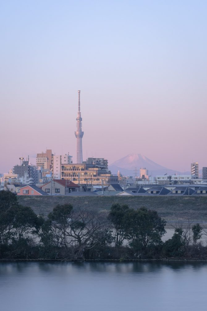 朝空のグラデーションと富士山、スカイツリー
